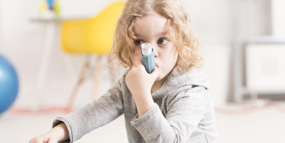 child with asthma doing at home breathing treatment